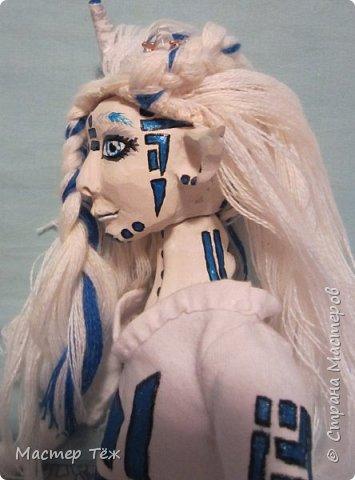 Сегодня я вам покажу ещё одну куклу с множеством костюмов. Фото будет предостаточно! Это Вильф - белокожий демон. Нет, не альбинос. Он весьма молод, что заметно по взгляду. фото 25