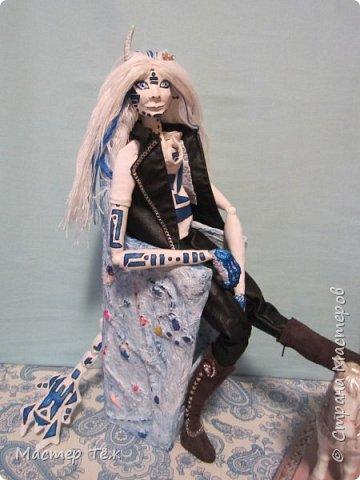 Сегодня я вам покажу ещё одну куклу с множеством костюмов. Фото будет предостаточно! Это Вильф - белокожий демон. Нет, не альбинос. Он весьма молод, что заметно по взгляду. фото 1