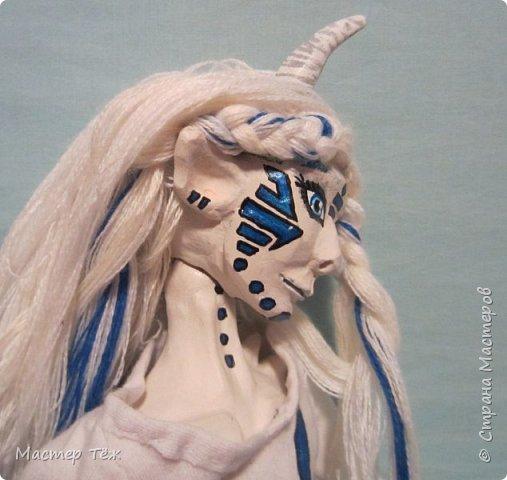 Сегодня я вам покажу ещё одну куклу с множеством костюмов. Фото будет предостаточно! Это Вильф - белокожий демон. Нет, не альбинос. Он весьма молод, что заметно по взгляду. фото 27