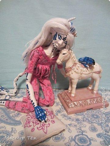 Сегодня я вам покажу ещё одну куклу с множеством костюмов. Фото будет предостаточно! Это Вильф - белокожий демон. Нет, не альбинос. Он весьма молод, что заметно по взгляду. фото 39
