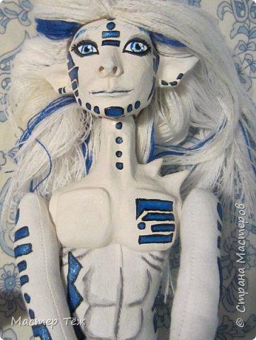 Сегодня я вам покажу ещё одну куклу с множеством костюмов. Фото будет предостаточно! Это Вильф - белокожий демон. Нет, не альбинос. Он весьма молод, что заметно по взгляду. фото 23