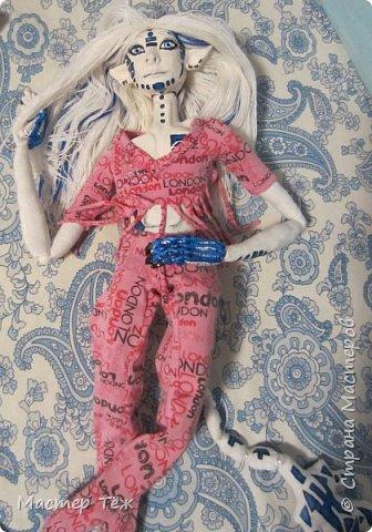 Сегодня я вам покажу ещё одну куклу с множеством костюмов. Фото будет предостаточно! Это Вильф - белокожий демон. Нет, не альбинос. Он весьма молод, что заметно по взгляду. фото 36