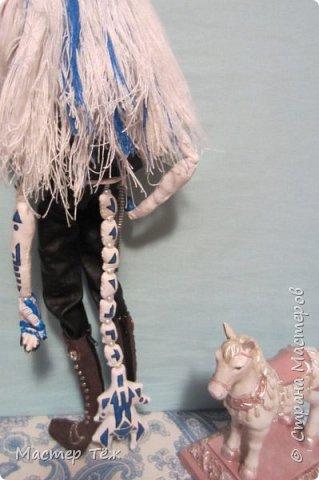 Сегодня я вам покажу ещё одну куклу с множеством костюмов. Фото будет предостаточно! Это Вильф - белокожий демон. Нет, не альбинос. Он весьма молод, что заметно по взгляду. фото 3