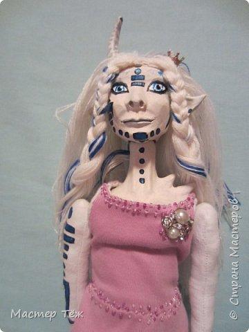Сегодня я вам покажу ещё одну куклу с множеством костюмов. Фото будет предостаточно! Это Вильф - белокожий демон. Нет, не альбинос. Он весьма молод, что заметно по взгляду. фото 50