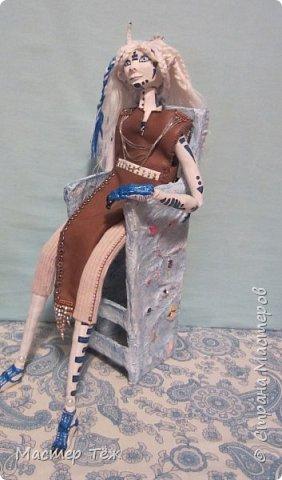 Сегодня я вам покажу ещё одну куклу с множеством костюмов. Фото будет предостаточно! Это Вильф - белокожий демон. Нет, не альбинос. Он весьма молод, что заметно по взгляду. фото 21