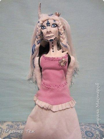Сегодня я вам покажу ещё одну куклу с множеством костюмов. Фото будет предостаточно! Это Вильф - белокожий демон. Нет, не альбинос. Он весьма молод, что заметно по взгляду. фото 49