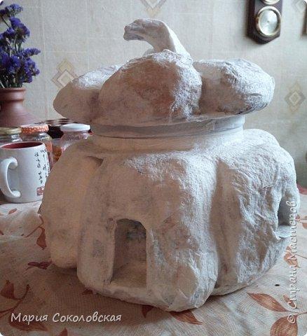 Здравствуйте дорогие мои! Сегодня приглашаю Вас в гости в Тыкву-домик на чаепитие!))) Тыква-домик сделана из обычной упаковочной коробки цилиндрической формы. Размер поделки: 30х30 см. Техника: грунтовка, папье-маше, драпировка тканью с ПВА, декор (использовала клей момент Кристалл), лак... фото 2