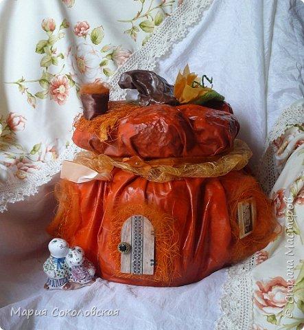 Здравствуйте дорогие мои! Сегодня приглашаю Вас в гости в Тыкву-домик на чаепитие!))) Тыква-домик сделана из обычной упаковочной коробки цилиндрической формы. Размер поделки: 30х30 см. Техника: грунтовка, папье-маше, драпировка тканью с ПВА, декор (использовала клей момент Кристалл), лак... фото 1