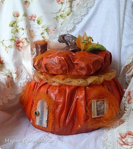Здравствуйте дорогие мои! Сегодня приглашаю Вас в гости в Тыкву-домик на чаепитие!))) Тыква-домик сделана из обычной упаковочной коробки цилиндрической формы. Размер поделки: 30х30 см. Техника: грунтовка, папье-маше, драпировка тканью с ПВА, декор (использовала клей момент Кристалл), лак... фото 4