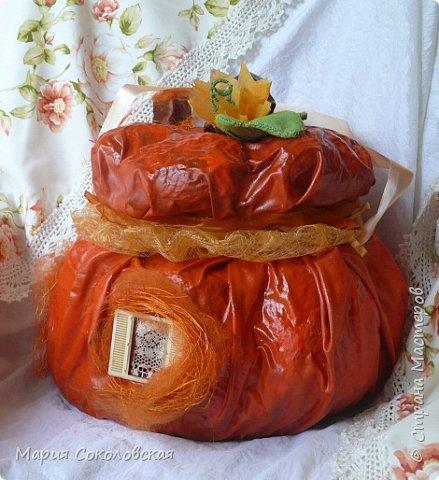 Здравствуйте дорогие мои! Сегодня приглашаю Вас в гости в Тыкву-домик на чаепитие!))) Тыква-домик сделана из обычной упаковочной коробки цилиндрической формы. Размер поделки: 30х30 см. Техника: грунтовка, папье-маше, драпировка тканью с ПВА, декор (использовала клей момент Кристалл), лак... фото 5