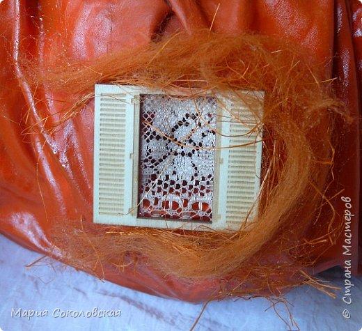 Здравствуйте дорогие мои! Сегодня приглашаю Вас в гости в Тыкву-домик на чаепитие!))) Тыква-домик сделана из обычной упаковочной коробки цилиндрической формы. Размер поделки: 30х30 см. Техника: грунтовка, папье-маше, драпировка тканью с ПВА, декор (использовала клей момент Кристалл), лак... фото 9