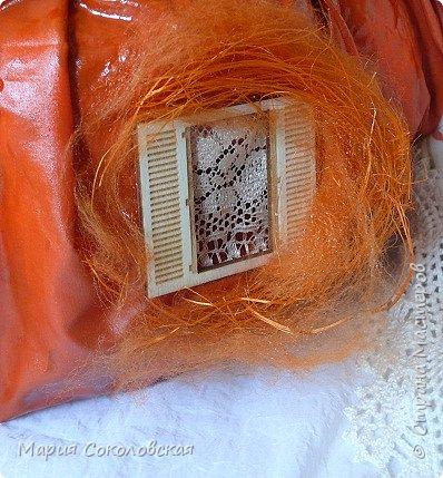 Здравствуйте дорогие мои! Сегодня приглашаю Вас в гости в Тыкву-домик на чаепитие!))) Тыква-домик сделана из обычной упаковочной коробки цилиндрической формы. Размер поделки: 30х30 см. Техника: грунтовка, папье-маше, драпировка тканью с ПВА, декор (использовала клей момент Кристалл), лак... фото 11