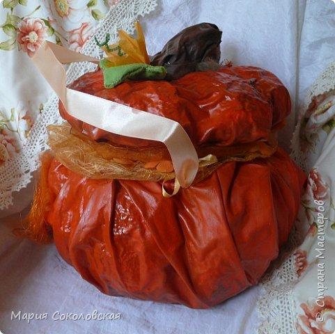 Здравствуйте дорогие мои! Сегодня приглашаю Вас в гости в Тыкву-домик на чаепитие!))) Тыква-домик сделана из обычной упаковочной коробки цилиндрической формы. Размер поделки: 30х30 см. Техника: грунтовка, папье-маше, драпировка тканью с ПВА, декор (использовала клей момент Кристалл), лак... фото 6