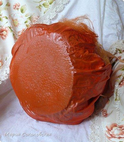 Здравствуйте дорогие мои! Сегодня приглашаю Вас в гости в Тыкву-домик на чаепитие!))) Тыква-домик сделана из обычной упаковочной коробки цилиндрической формы. Размер поделки: 30х30 см. Техника: грунтовка, папье-маше, драпировка тканью с ПВА, декор (использовала клей момент Кристалл), лак... фото 12