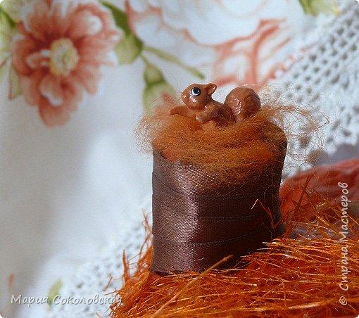 Здравствуйте дорогие мои! Сегодня приглашаю Вас в гости в Тыкву-домик на чаепитие!))) Тыква-домик сделана из обычной упаковочной коробки цилиндрической формы. Размер поделки: 30х30 см. Техника: грунтовка, папье-маше, драпировка тканью с ПВА, декор (использовала клей момент Кристалл), лак... фото 16