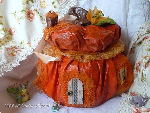 Здравствуйте дорогие мои! Сегодня приглашаю Вас в гости в Тыкву-домик на чаепитие!))) Тыква-домик сделана из обычной упаковочной коробки цилиндрической формы. Размер поделки: 30х30 см. Техника: грунтовка, папье-маше, драпировка тканью с ПВА, декор (использовала клей момент Кристалл), лак... фото 17