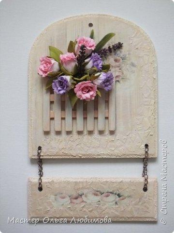 Если вы любите украшать свой дом, создавать уют и тепло в нем за счет необычных и привлекательных вещей, тогда думаю, что мое панно, а оно сборное и подвесное, заинтересует вас. Панно состоит из двух частей, для соединения использована цепочка. Для создания фонового рисунка я использовала декупажную бумагу с нежными розочками. Верхняя часть декорирована цветами из фоамирана (за исключением веточек лаванды, это пластик) и небольшим мини заборчиком. Также для декора использован трафарет. Где можно использовать панно? Думаю, что каждый найдет достойное место в своем доме. Например, кухня. Или может прихожая. Или... балкон. Ведь есть любители украшать балкон. Почему бы  нет. А еще панно станет отличным подарком фото 1