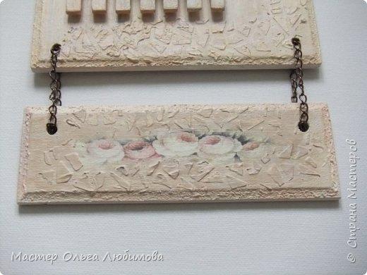 Если вы любите украшать свой дом, создавать уют и тепло в нем за счет необычных и привлекательных вещей, тогда думаю, что мое панно, а оно сборное и подвесное, заинтересует вас. Панно состоит из двух частей, для соединения использована цепочка. Для создания фонового рисунка я использовала декупажную бумагу с нежными розочками. Верхняя часть декорирована цветами из фоамирана (за исключением веточек лаванды, это пластик) и небольшим мини заборчиком. Также для декора использован трафарет. Где можно использовать панно? Думаю, что каждый найдет достойное место в своем доме. Например, кухня. Или может прихожая. Или... балкон. Ведь есть любители украшать балкон. Почему бы  нет. А еще панно станет отличным подарком фото 3