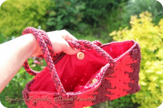 Сумка плетена из полипропиленового шнура 4 мм, ручки выполнены в технике кумихимо на станке марудай. Размер сумки 31х23 см. фото 2