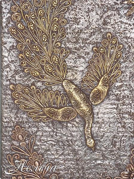 Жар - птица или птица счастья. Птица издревле была хранительницей семейного счастья и благополучия у русских людей. Символика:  Жар-птица — это традиционный символ , исцеляющего тепла и света, удачи и богатства. Размер панно 36 х 24 см. Давно хотела птицу счастья. Задумала сделать её сидящей на ветке с золотыми яблоками. Но птица не захотела сидеть на ветке. Из соленого теста слепила тело и крылья птицы и уже почти наклеила весь хвост... Оказалось, что петелька находится внизу!!!  Пришлось менять сюжет. Ну что же, будет она у меня спускаться с небес! Хвост оставила, а тело пришлось новое лепить.  Всё окрашено сначала коричневой краской из баллончика, потом  металлик бронзой (только ещё прошлась золотом по птице и солнцу). фото 6