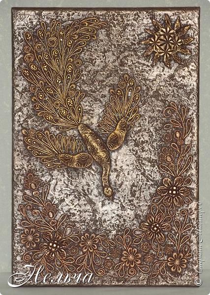 Жар - птица или птица счастья. Птица издревле была хранительницей семейного счастья и благополучия у русских людей. Символика:  Жар-птица — это традиционный символ , исцеляющего тепла и света, удачи и богатства. Размер панно 36 х 24 см. Давно хотела птицу счастья. Задумала сделать её сидящей на ветке с золотыми яблоками. Но птица не захотела сидеть на ветке. Из соленого теста слепила тело и крылья птицы и уже почти наклеила весь хвост... Оказалось, что петелька находится внизу!!!  Пришлось менять сюжет. Ну что же, будет она у меня спускаться с небес! Хвост оставила, а тело пришлось новое лепить.  Всё окрашено сначала коричневой краской из баллончика, потом  металлик бронзой (только ещё прошлась золотом по птице и солнцу). фото 1