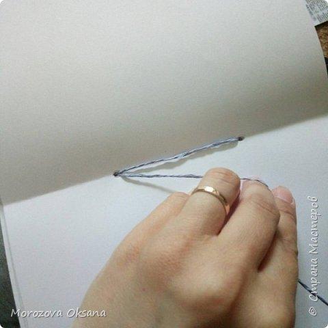 Посмотрела я на днях очередные мастер- классы. Нашла 2 часа времени и ... Сделала скетчбуки. Они из простых листов А4, чистые, без линейки и рисунков. Обложка из скрапбумаги 30х30 Приготовила листы А4. У меня есть мааааленькая доска для биговки,спомощью нее пробиговала посередине. фото 7