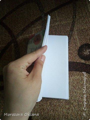 Посмотрела я на днях очередные мастер- классы. Нашла 2 часа времени и ... Сделала скетчбуки. Они из простых листов А4, чистые, без линейки и рисунков. Обложка из скрапбумаги 30х30 Приготовила листы А4. У меня есть мааааленькая доска для биговки,спомощью нее пробиговала посередине. фото 9