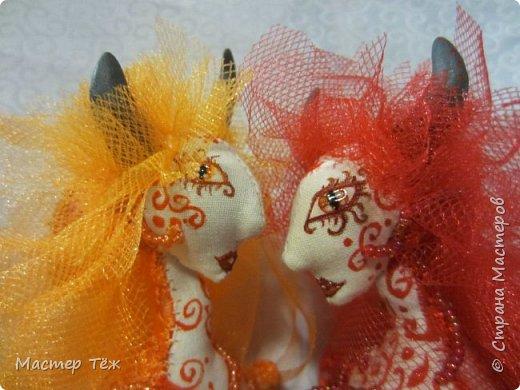 Этих кукол я создал очень давно. Хотел закрепить свои знания в пошиве тел кукол из сочетания разных тканей. В частности: бязь и гипюр. Результатом я доволен. Плюс прически я сделал из мягкой сетки, которая хорошо блестит, как гипюр и бисер, что были использованы в работе.   фото 5