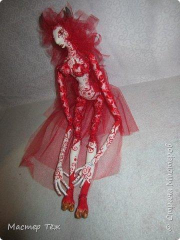 Этих кукол я создал очень давно. Хотел закрепить свои знания в пошиве тел кукол из сочетания разных тканей. В частности: бязь и гипюр. Результатом я доволен. Плюс прически я сделал из мягкой сетки, которая хорошо блестит, как гипюр и бисер, что были использованы в работе.   фото 3