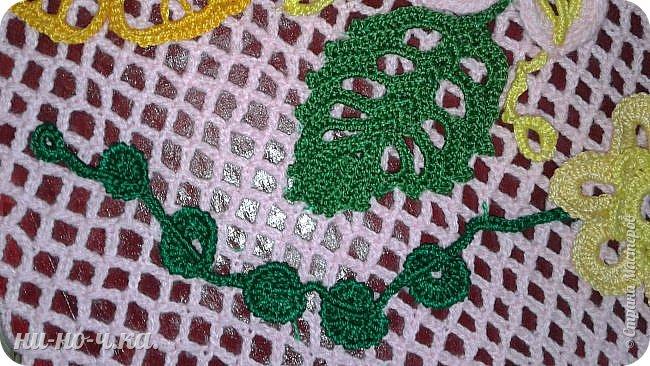 """Здравствуйте, дорогие мастерицы. Я хочу вам показать свою первую картину с вязаными элементами. Мне очень понравилось вязать элементы ирландского кружева. У меня оставались некоторые светлые оттенки ниток """"Ирис"""" и я решила связать . В интернете сейчас очень много таких элементов, разные цветы, завитки, листочки, веточки... Сетку для картины я связала отдельно, просто делая арочки одна над другой по 5 петель,  с первым набором петель по формату листа А3, и длина сетки по листу А3.  Вырезала из упаковочного картона формат А3 , обклеила края малярным скотчем, лицевую сторону покрасила темно-бордовой акриловой краской, на уголки картона слегка с нятяжкой одела сетку,  и с обратной стороны обтянула пряжей сначала верх и низ, потом боковые стороны, захватывая арочки. фото 6"""