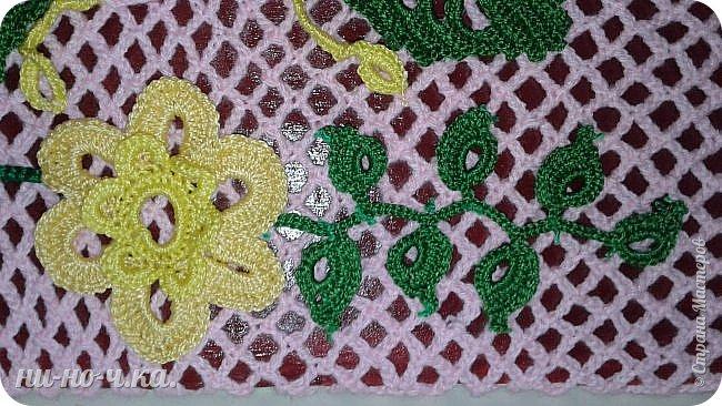 """Здравствуйте, дорогие мастерицы. Я хочу вам показать свою первую картину с вязаными элементами. Мне очень понравилось вязать элементы ирландского кружева. У меня оставались некоторые светлые оттенки ниток """"Ирис"""" и я решила связать . В интернете сейчас очень много таких элементов, разные цветы, завитки, листочки, веточки... Сетку для картины я связала отдельно, просто делая арочки одна над другой по 5 петель,  с первым набором петель по формату листа А3, и длина сетки по листу А3.  Вырезала из упаковочного картона формат А3 , обклеила края малярным скотчем, лицевую сторону покрасила темно-бордовой акриловой краской, на уголки картона слегка с нятяжкой одела сетку,  и с обратной стороны обтянула пряжей сначала верх и низ, потом боковые стороны, захватывая арочки. фото 7"""