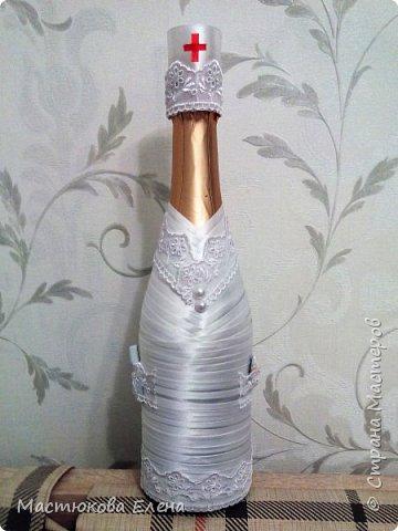 Оригинально оплетенная атласными лентами бутылок, станет отличным подарком на любой праздник. фото 4
