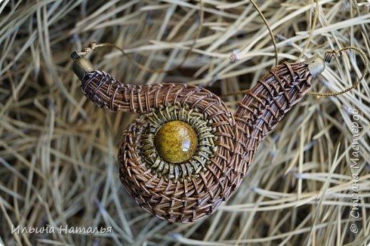 Ширина кулона 9,5 см., высота 6 см. Диаметр круглой части кулона 4,5 смм., диаметр бусины 1,5 см. фото 2