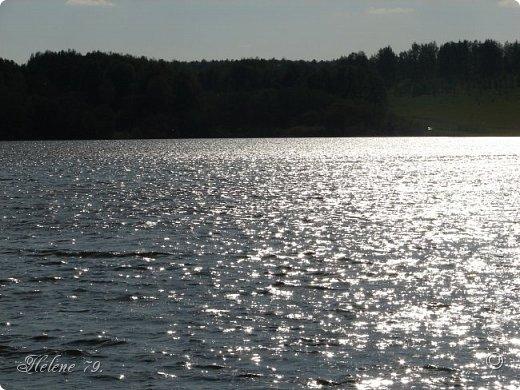 Когда настанет вечер ясный, Люблю на берегу пруда Смотреть, как гаснет день прекрасный И загорается звезда, Как ласточка, неуловимо По лону вод скользя крылом, Несется быстро, быстро мимо — И исчезает... Смутным сном Тогда душа полна бывает — Ей как-то грустно и легко, Воспоминанье увлекает Ее куда-то далеко. Мне грезятся иные годы, Такой же вечер у пруда, И тихо дремлющие воды, И одинокая звезда, И ласточка — и все, что было, Что сладко сердце разбудило И промелькнуло навсегда.  (Н.П.Огарёв, 1841)   фото 8
