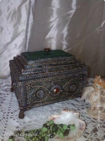 Мой первый ларец. Материалы: картон,кружева, искусственные камушки,мебельная фурнитура. Размеры ларца 22х1616см. фото 3