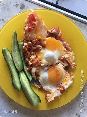 Каждый день, а вернее каждое утро возникает вопрос-что бы приготовить на завтрак? У нас, несмотря на наш регион, уже во всю поспевают овощи-огурчики правда отстают, но тем не менее. Я решила приготовить яичницу по-летнему. Для этого нам понадобится лук репчатый-средняя луковица, помидоры 2 средних и яйца. Помидоры и лук режем тонкими полукольцами-обжариваем на растительном масле, затем на овощную подушку выбиваем яйца.  Солим, перчим по-вкусу! Жарим до готовности! Такая красота получается, а еще это очень вкусно! Попробуйте и Вам понравится! фото 1