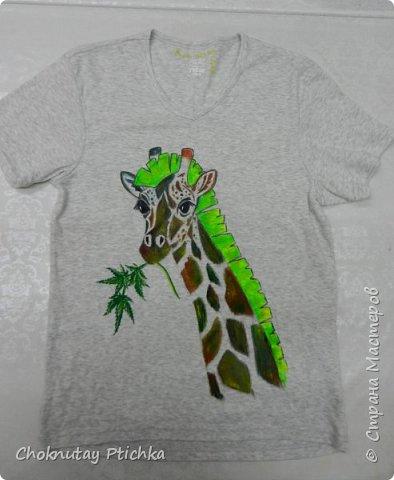 О кислотном Жирафе замолвите слово..... А ведь всё так просто начиналось, др друга, футболка с эксклюзивным рисунком, ну нравятся другу жирафы, ну говорит он, что до сих пор является панком, так почему бы и не совместить жирафа и ирокез зелёный, и веточку травы жирафу в зубы, для композиции..... фото 1