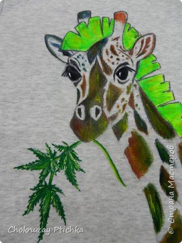 О кислотном Жирафе замолвите слово..... А ведь всё так просто начиналось, др друга, футболка с эксклюзивным рисунком, ну нравятся другу жирафы, ну говорит он, что до сих пор является панком, так почему бы и не совместить жирафа и ирокез зелёный, и веточку травы жирафу в зубы, для композиции..... фото 2