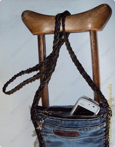 Когда скачешь на костылях, то мобильник так и норовит выскочить из кармана. Возникла чрезвычайная ситуация, при которой стала необходима маленькая сумочка через плечо. Времени было в обрез, на следующий день нужно было идти на приём к хирургу.  На глаза попались старые драные джинсы. Вырезала карман, сплела длинную ручку из сутажной  тесьмы . Сумочка готова. В такую сумочку и мобильник войдёт и таблетки положить можно. Сшила в руки, без швейной машинки. Справилась с такой работой за 3 часа. фото 5