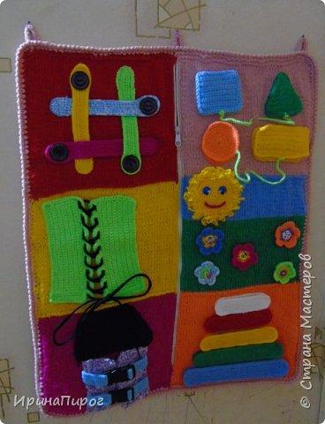 """Еще одна моя работа по теме """"Развитие мелкой моторики"""" Это панно сделала для детского сада. Пуговки,шнурочки,замочки,липучки развивают пальчики. А так же изучение фигур(круг,квадрат,треугольник,прямоугольник).Пирамидка на липучке:изучаем формы(большой,маленький) и цвета. фото 1"""