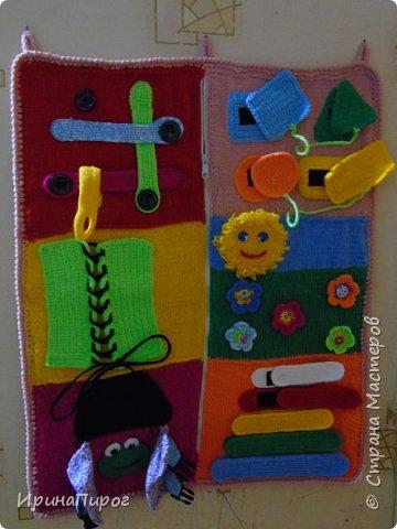 """Еще одна моя работа по теме """"Развитие мелкой моторики"""" Это панно сделала для детского сада. Пуговки,шнурочки,замочки,липучки развивают пальчики. А так же изучение фигур(круг,квадрат,треугольник,прямоугольник).Пирамидка на липучке:изучаем формы(большой,маленький) и цвета. фото 2"""