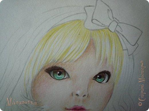 Добрый вечер!  Сегодня я покажу вам, как нарисовать Алису из сказки Льюиса Кэрролла. Нам нужны: простой карандаш, ластик, цветные карандаши (у меня 24 цвета), коричневая, черная и зеленая ручки, белый линер (белая ручка). Ну и, естественно, бумага, на которой вы будете рисовать... фото 52