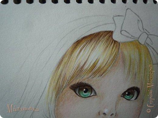 Добрый вечер!  Сегодня я покажу вам, как нарисовать Алису из сказки Льюиса Кэрролла. Нам нужны: простой карандаш, ластик, цветные карандаши (у меня 24 цвета), коричневая, черная и зеленая ручки, белый линер (белая ручка). Ну и, естественно, бумага, на которой вы будете рисовать... фото 54