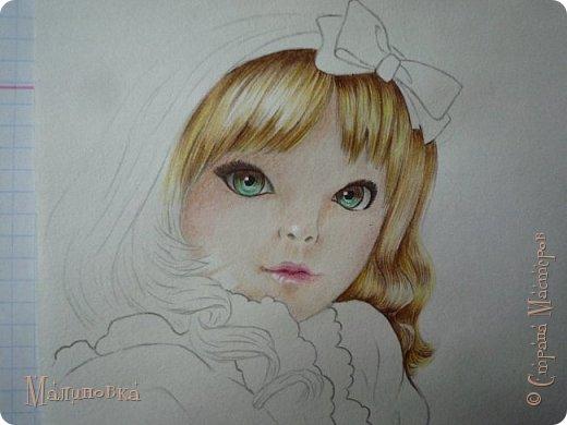 Добрый вечер!  Сегодня я покажу вам, как нарисовать Алису из сказки Льюиса Кэрролла. Нам нужны: простой карандаш, ластик, цветные карандаши (у меня 24 цвета), коричневая, черная и зеленая ручки, белый линер (белая ручка). Ну и, естественно, бумага, на которой вы будете рисовать... фото 56
