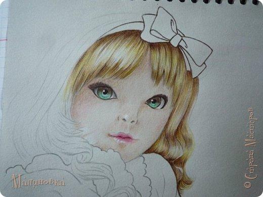 Добрый вечер!  Сегодня я покажу вам, как нарисовать Алису из сказки Льюиса Кэрролла. Нам нужны: простой карандаш, ластик, цветные карандаши (у меня 24 цвета), коричневая, черная и зеленая ручки, белый линер (белая ручка). Ну и, естественно, бумага, на которой вы будете рисовать... фото 57
