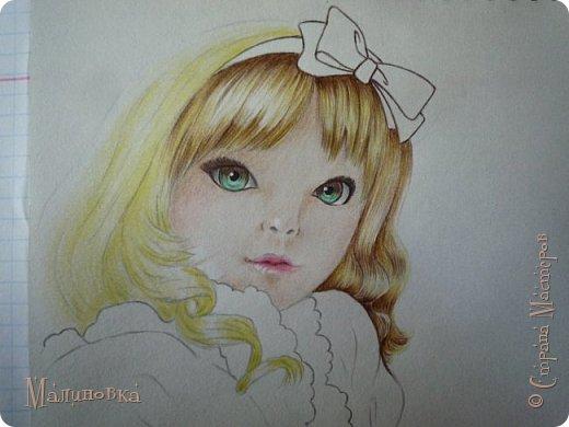 Добрый вечер!  Сегодня я покажу вам, как нарисовать Алису из сказки Льюиса Кэрролла. Нам нужны: простой карандаш, ластик, цветные карандаши (у меня 24 цвета), коричневая, черная и зеленая ручки, белый линер (белая ручка). Ну и, естественно, бумага, на которой вы будете рисовать... фото 58