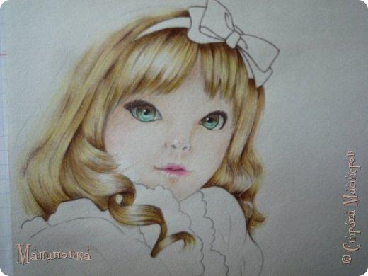 Добрый вечер!  Сегодня я покажу вам, как нарисовать Алису из сказки Льюиса Кэрролла. Нам нужны: простой карандаш, ластик, цветные карандаши (у меня 24 цвета), коричневая, черная и зеленая ручки, белый линер (белая ручка). Ну и, естественно, бумага, на которой вы будете рисовать... фото 59