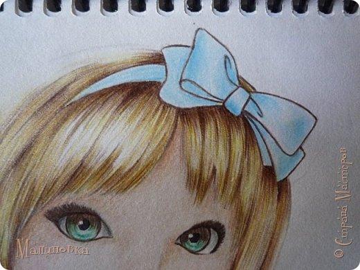 Добрый вечер!  Сегодня я покажу вам, как нарисовать Алису из сказки Льюиса Кэрролла. Нам нужны: простой карандаш, ластик, цветные карандаши (у меня 24 цвета), коричневая, черная и зеленая ручки, белый линер (белая ручка). Ну и, естественно, бумага, на которой вы будете рисовать... фото 60