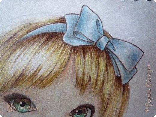 Добрый вечер!  Сегодня я покажу вам, как нарисовать Алису из сказки Льюиса Кэрролла. Нам нужны: простой карандаш, ластик, цветные карандаши (у меня 24 цвета), коричневая, черная и зеленая ручки, белый линер (белая ручка). Ну и, естественно, бумага, на которой вы будете рисовать... фото 61