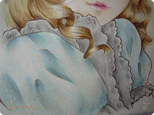Добрый вечер!  Сегодня я покажу вам, как нарисовать Алису из сказки Льюиса Кэрролла. Нам нужны: простой карандаш, ластик, цветные карандаши (у меня 24 цвета), коричневая, черная и зеленая ручки, белый линер (белая ручка). Ну и, естественно, бумага, на которой вы будете рисовать... фото 65